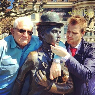 Le consultant David Seidler & le scénariste Miguel Vélez entourant la statue de Charlie Chaplin à Vevey